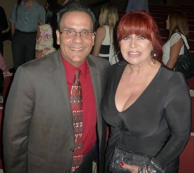 """Edgardo, aquí con Iris Chacón, escribe la columna """"El baúl de los recuerdos"""" para el semanario Claridad. (Foto suministrada)"""