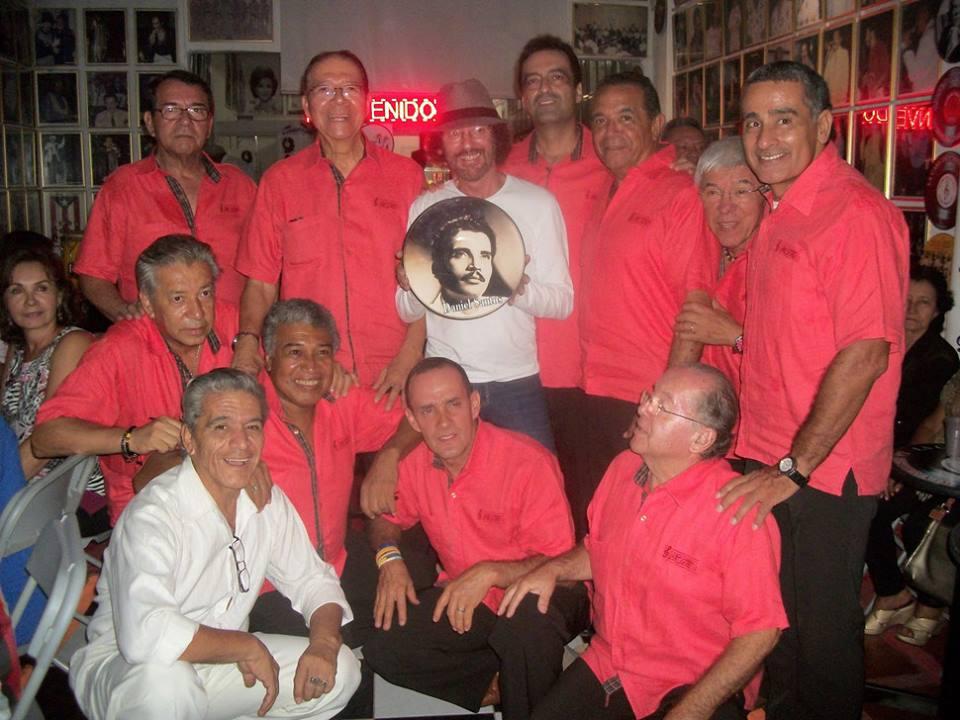 """El periodista Josean Ramos rodeado de """"Danielistas"""" durante una de las presentaciones de su libro el pasado año en Colombia. (Foto sumistrada)"""