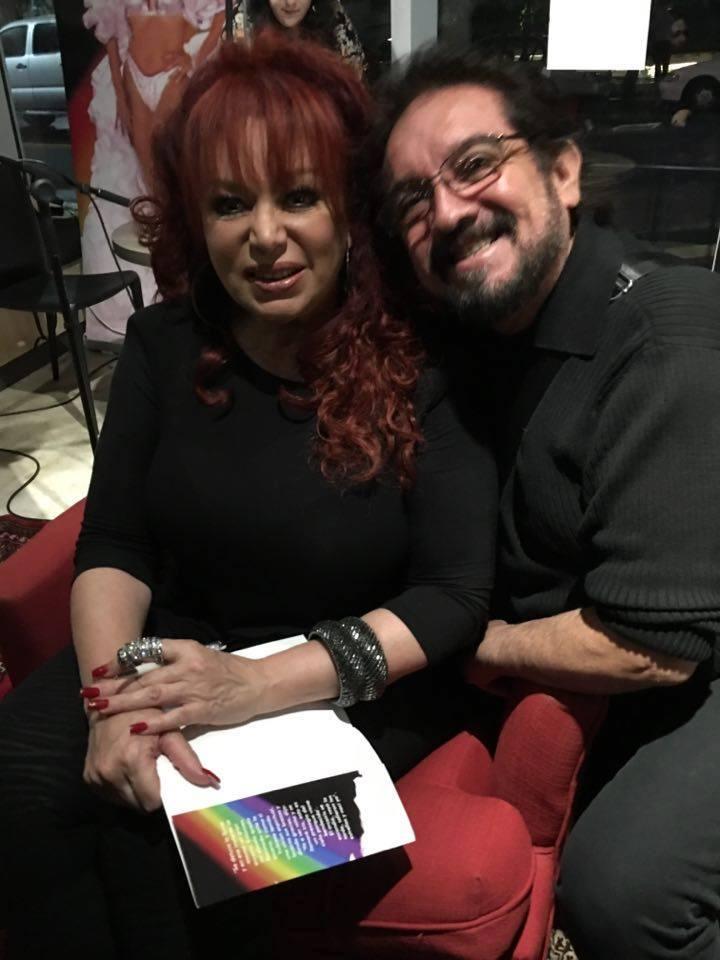 Decenas de fanáticos asistieron a la presentación del libro de Iris Chacón en la librería AC de Santurce. (Foto colección Hiram Morales)