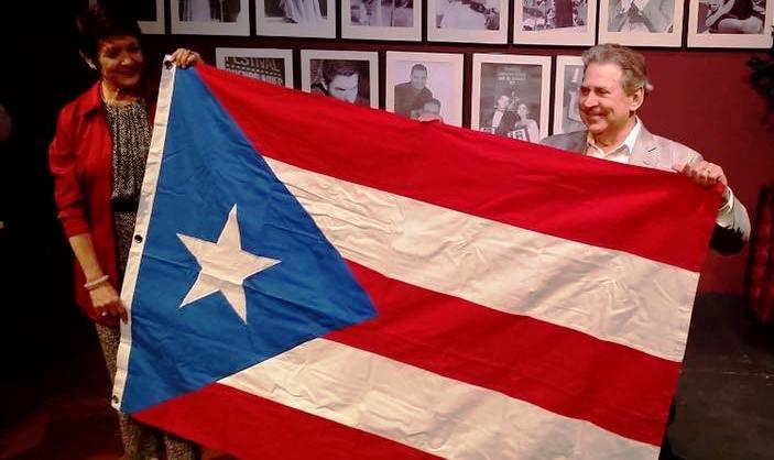 Los abanderados Ivonne Coll y Chucho Avellanet desplegaron orgullosos la monoestrella para los presentes. (Foto Grandes Eventos)