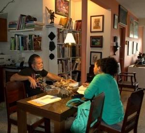 Rafael Trelles fue entrevistado en su taller por Gabriela Ortiz Díaz. (Foto Niza Ortiz / Fundación Nacional para la Cultura Popular)