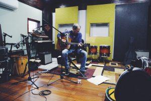 El cantautor boricua que ha trabajado con Lito Nebbia y Nito Mestre en Argentina se siente halagado por la invitación para participar en la grabación de Ileana Cabra. (Foto Alejandro Pedrosa)