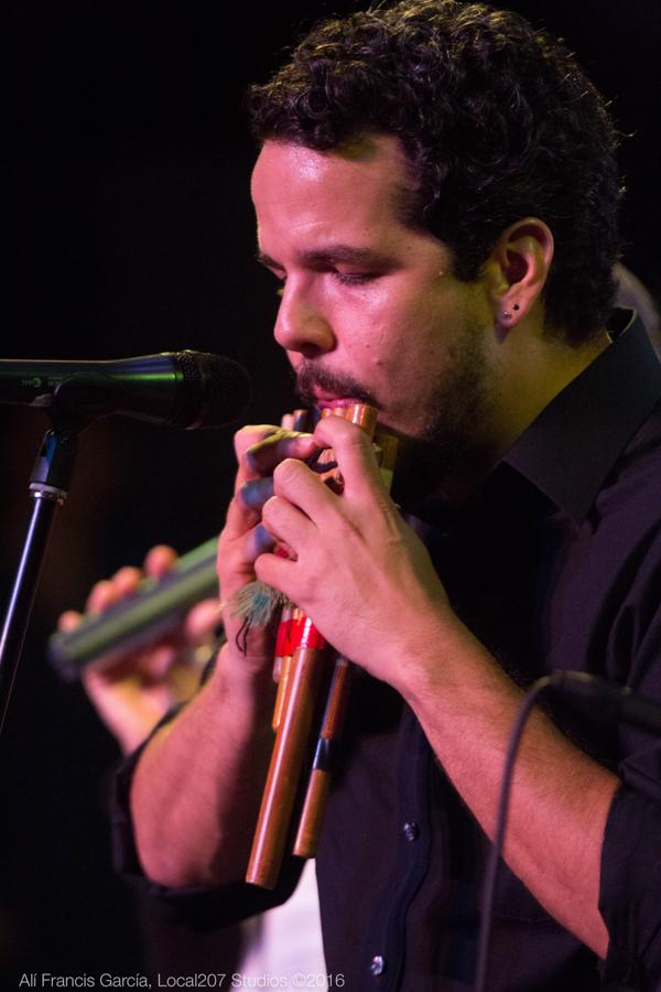 El joven puertorriqueño domina la ejecución de numerosos instrumentos como la quena sudamericana. (Foto Alí Francis García / Studio)