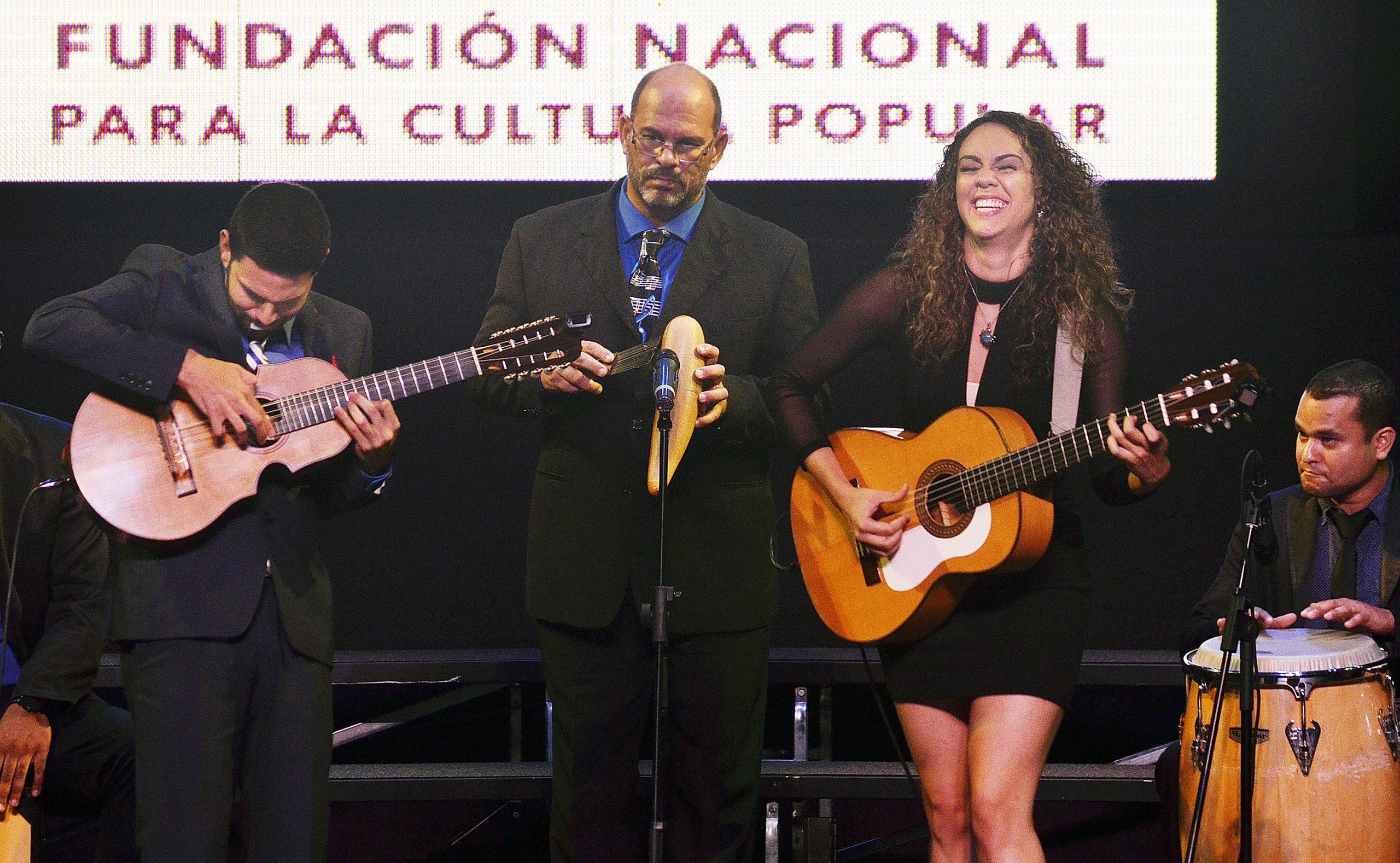 Los hermanos Sanz (Luis y Lisvette) junto a su papá (al centro) se presentan en diversos escenarios de Puerto Rico y el extranjero. (Foto).