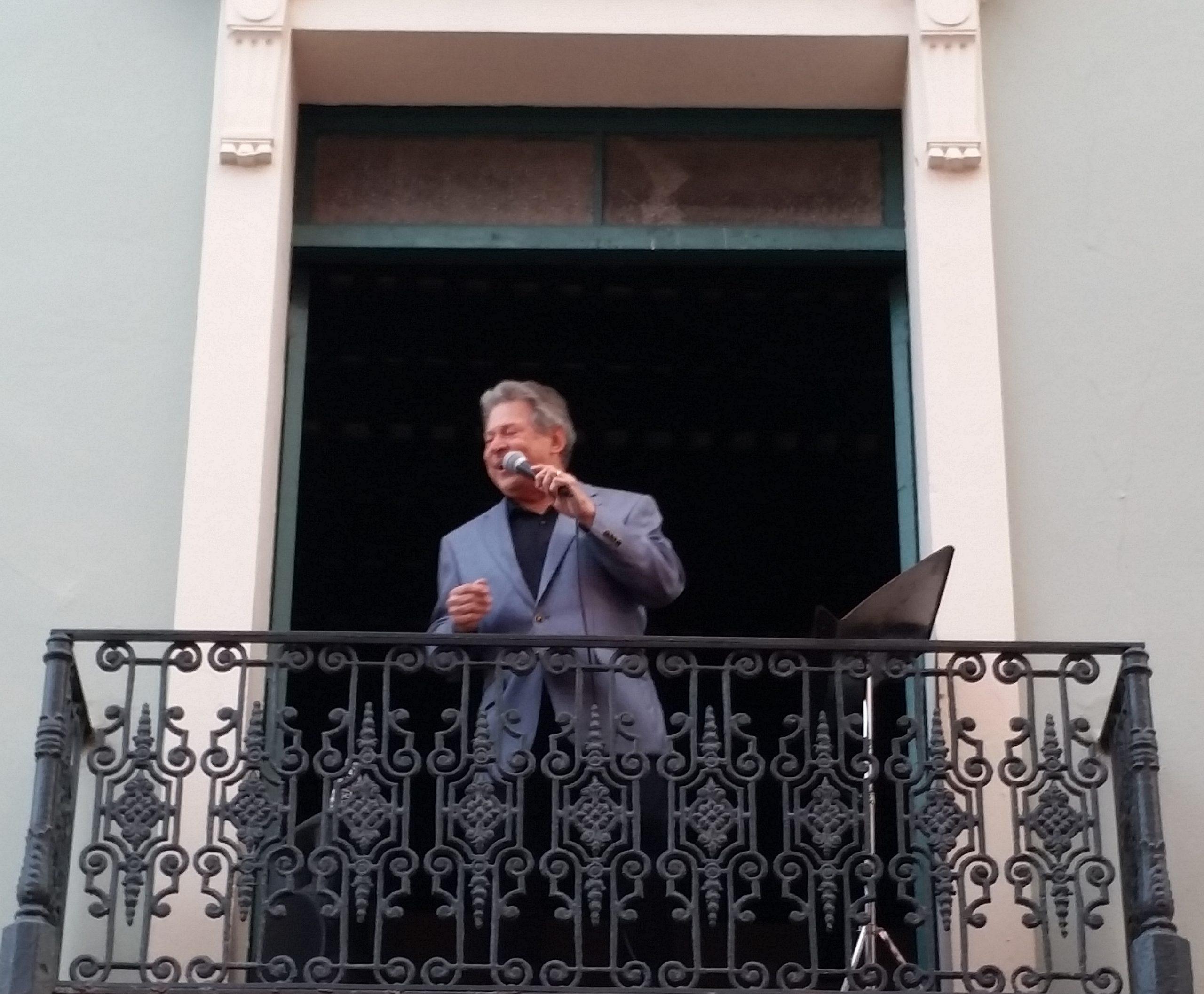 Chucho tuvo como escenario uno de los balcones de la sede de la Fundación Nacional para la Cultura Popular. (Foto Rafael Caraballo para F.N.C.P.)