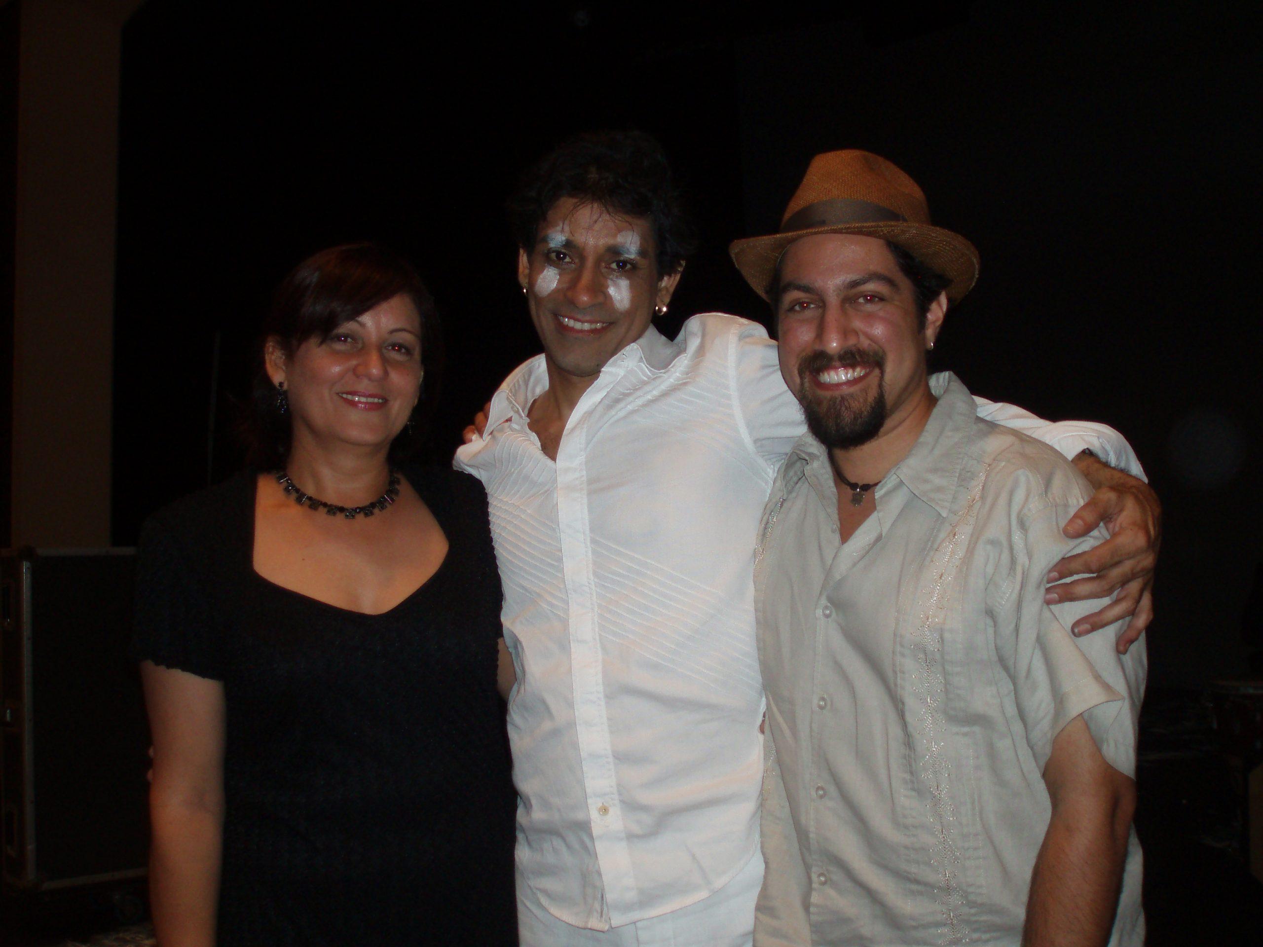 """La autora, Elma Beatriz Rosado, Miguel Rivera (Mikie) y Carlos Javier Vázquez (Cj) al terminar el concierto """"Alegato de locura"""", Teatro Raúl Juliá, Museo de Arte de Puerto Rico. (Foto suministrada)"""