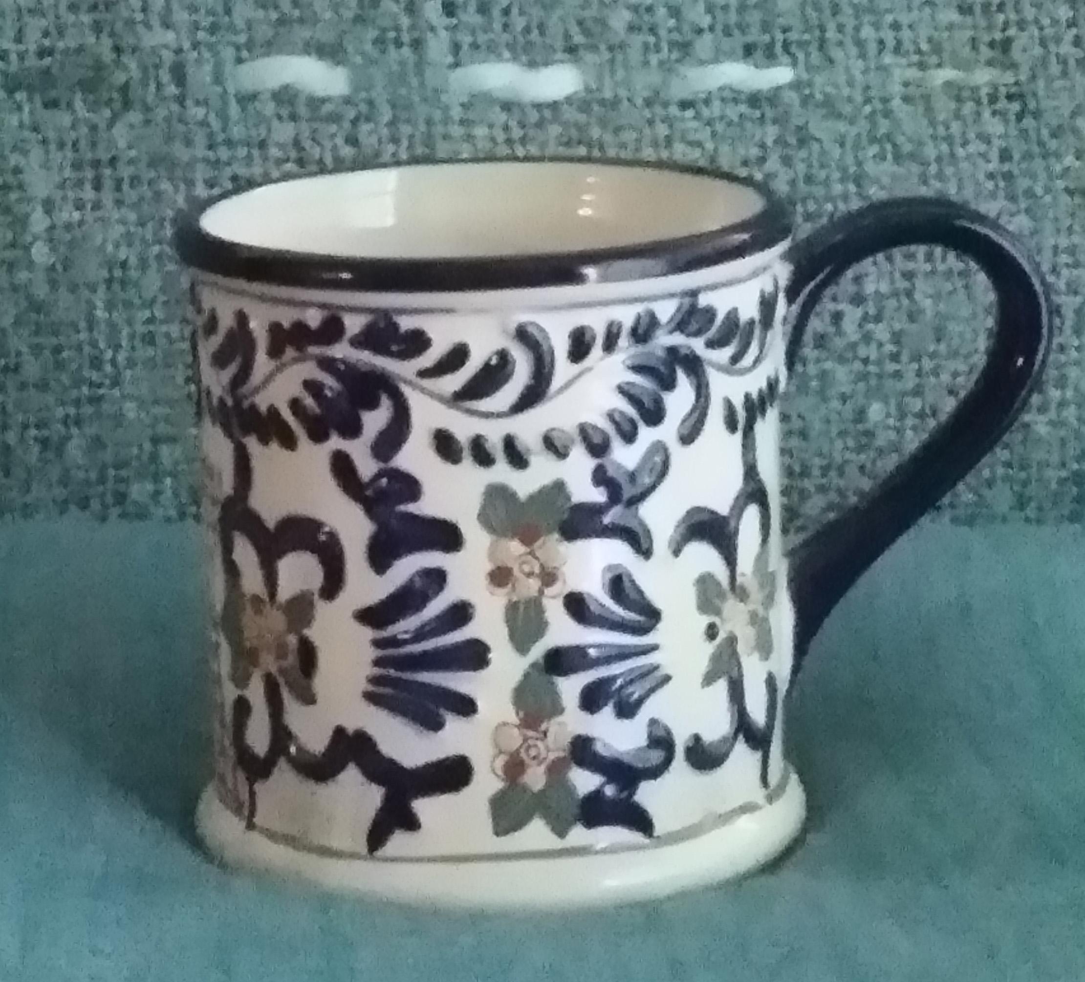 El te de jenjibre de Miguel, en taza especial pintada a mano con decoraciones alusivas al estilo mediterráneo. (Foto suministrada)