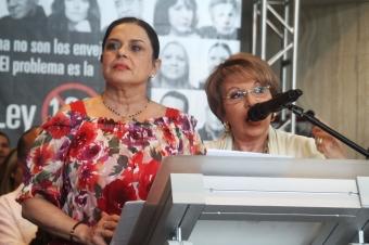 Las actrices y productoras Marilyn Pupo y Ángela Meyer recabaron el apoyo del público ante la causa. (Foto Edgar Torres para Fundación Nacional para la Cultura Popular)