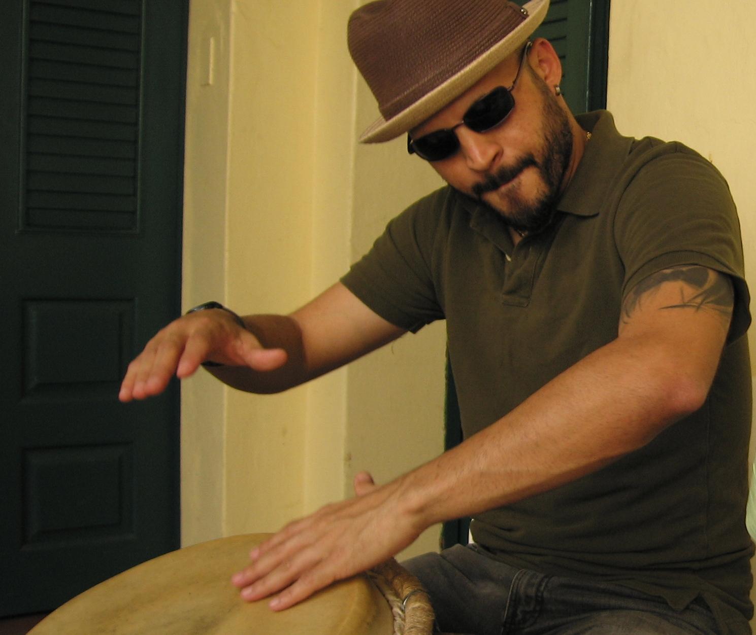 El percusionista Jerry Ferrao compuso un tema por la causa de Oscar. (Foto Javier Santiago / Fundación Nacional para la Cultura Popular)