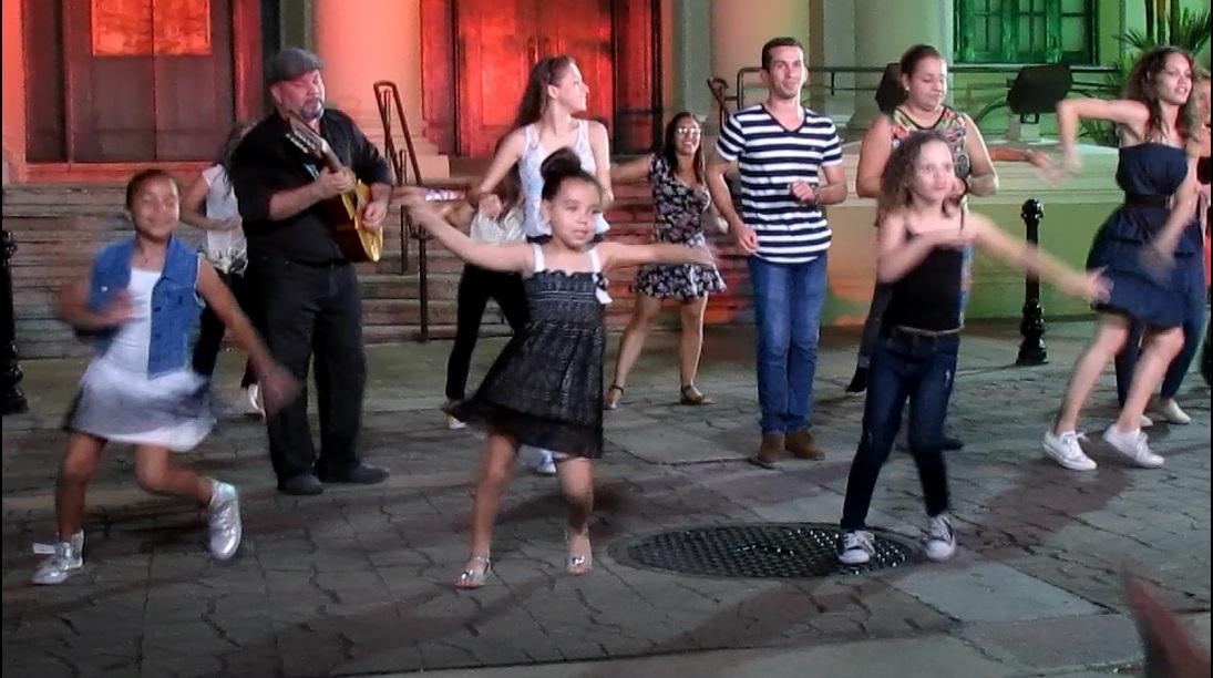 El elemento coreográfico integró bailarines de todas las edades. (Foto Javier Santiago / Fundación Nacional para la Cultura Popular)