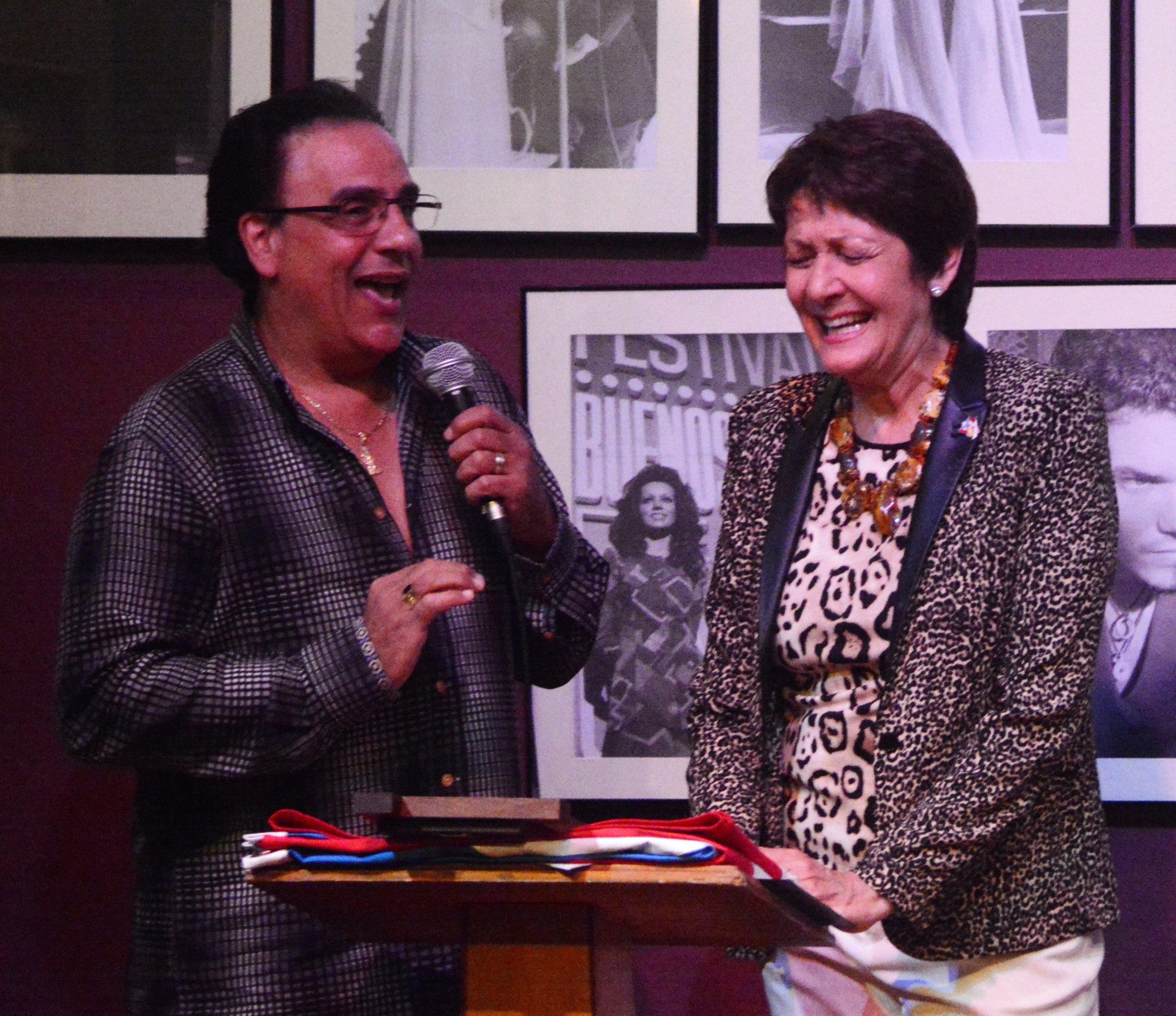 El csntante Edgardo Huertas fue uno de los que sorprendió a Ivonne Coll recordando anécdotas de su carrera. (Foto Eric Laguna para Fundación Nacional para la Cultura Popular)