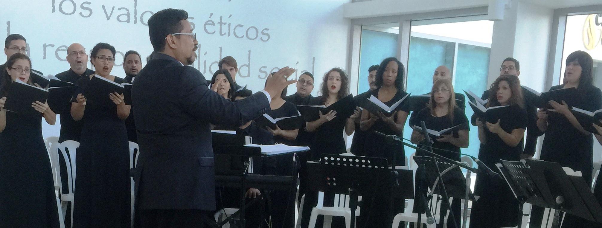 """El concierto """"La pequeña Venecia es música"""" inició su programa bajo la dirección de Guarionex Morales Matos. (Foto Alina Marrero para Fundación Nacional para la Cultura Popular)"""