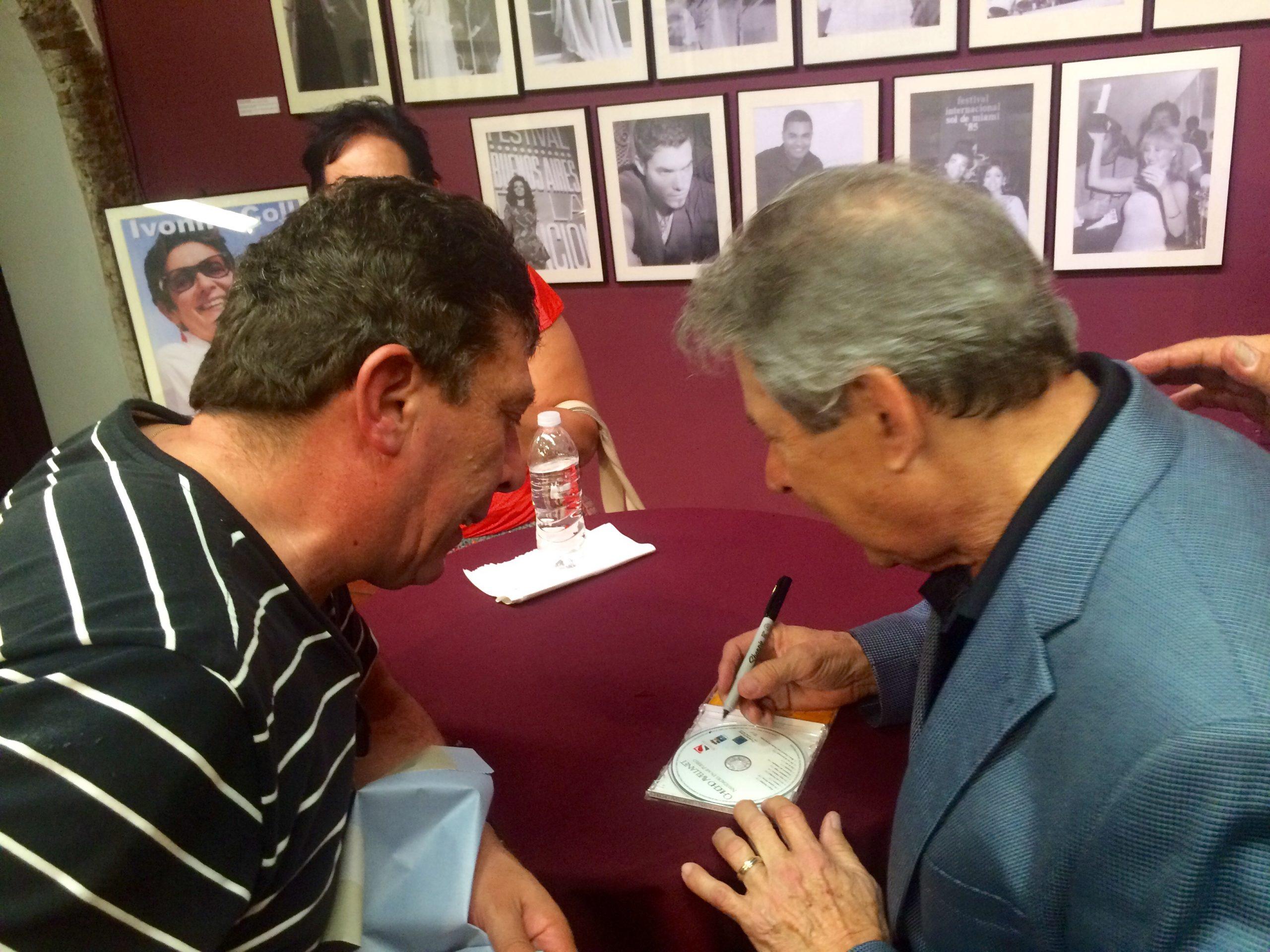 El artista autografió discos para sus admiradores. (Foto Jaime Torres Torres para Fundación Nacional para la Cultura Popular)