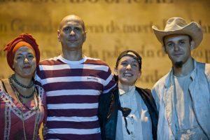 Liván (cuarto de izquierda a derecha) atesora las experiencias acumuladfas en la escena teatral cubana. (oto suministrada)