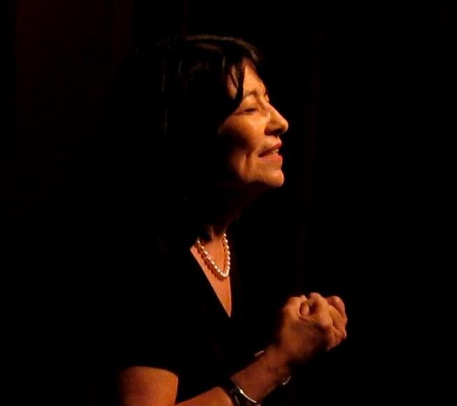 Carmencita Acevedo, ex primera dama de la Ciudad Capital, dedicó unos versos a alicia Bibiloni. (Foto Javier Santiago / Fundación Nacional para la Cultura Popular)