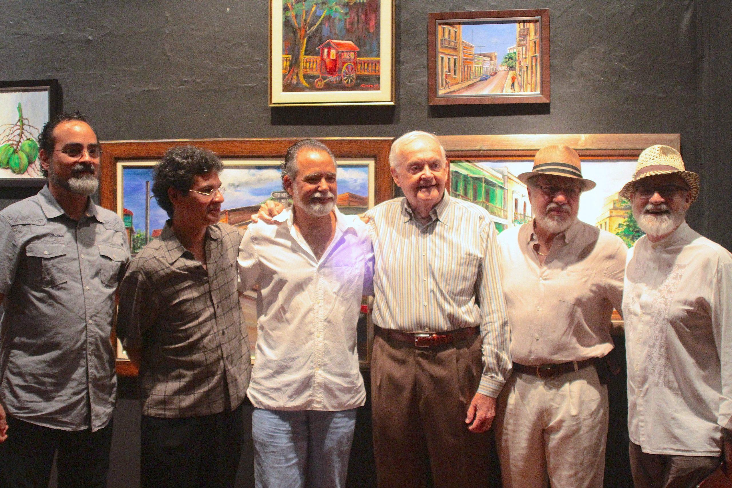 Los artistas plásticos Cecilio Colón Guzmán, Nick Quijano, Rafael Trelles, Rafael Rivera Rosa y Antonio Martorell felicitaron a Calderón (cuarto de izquierda a derecha) en esa emotiva ocasión. (Foto suministrada)