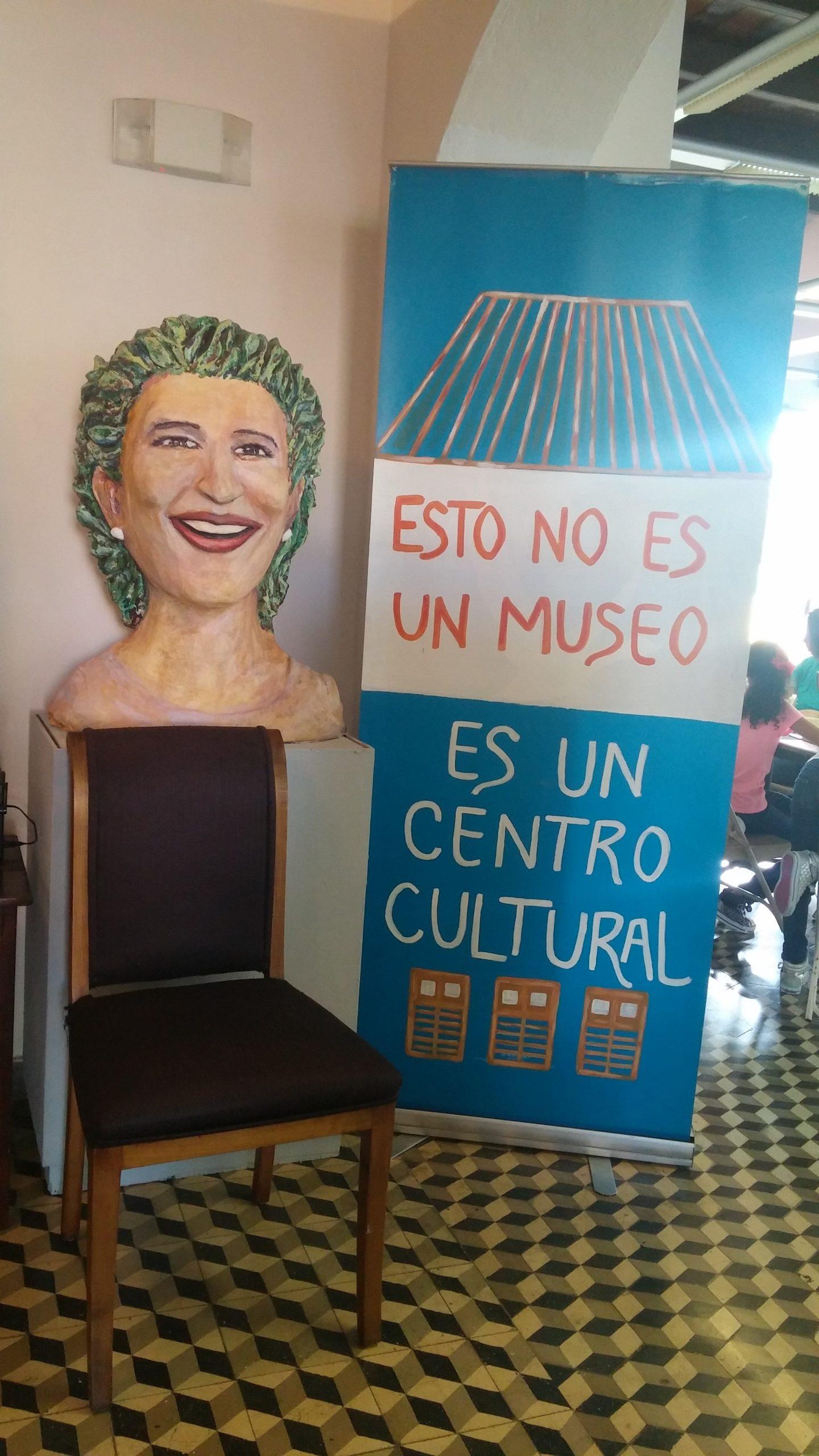 Busto de la profesora Ruth Hernández junto al lema de la Casa. (Foto Gabriela Ortiz para Fundación Nacional para la Cultura Popular)