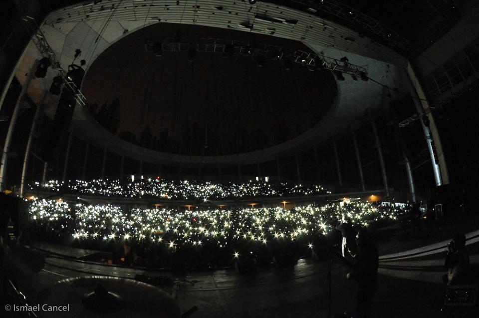 Las luces se encendieron por la libertad de Oscar en cada país que Calle 13 visitó en su gira Multi Viral. (Foto Ismael Cancel)