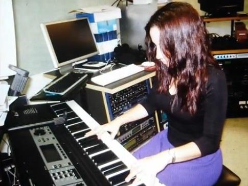 """La pianista Carmen Noemí presentó una danza de autoría en el disco """"Music & Friends"""" del grupo Caffezz. (Foto YT)"""