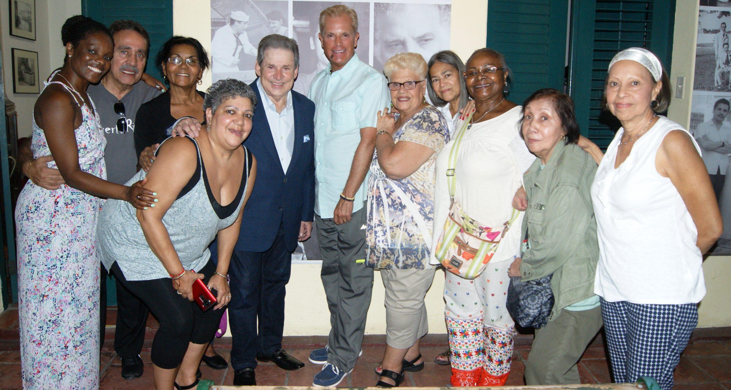 El cantante mayaguezano compartió con los visitantes al concluir su presentación. (Foto Luis Ernesto Berríos para Fundación Nacional para la Cultura Popular)