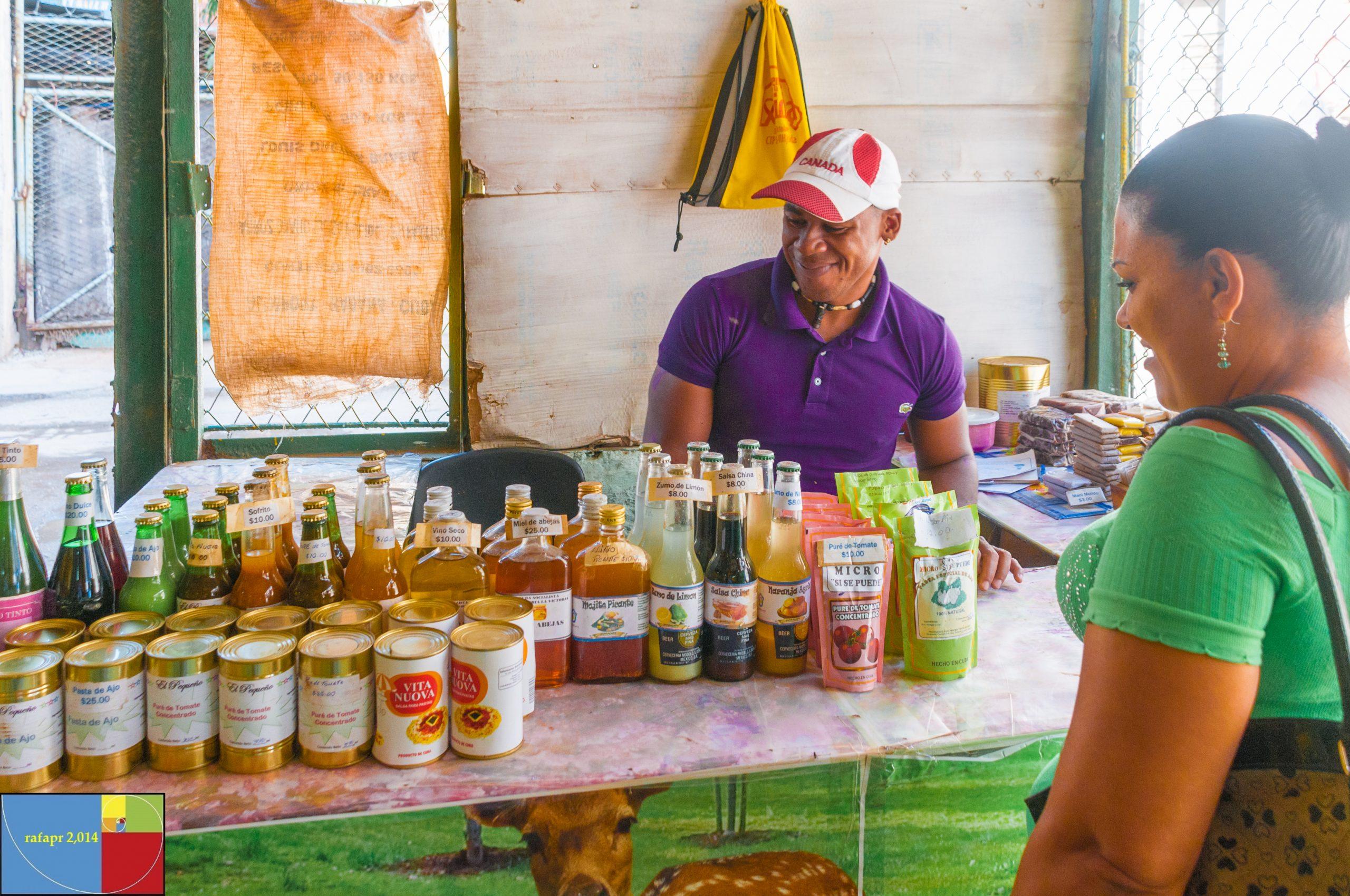 """Escena de la cotidianediad capitalina en """"La Habana Vieja"""". (Foto Rafael Buxeda Díaz)"""