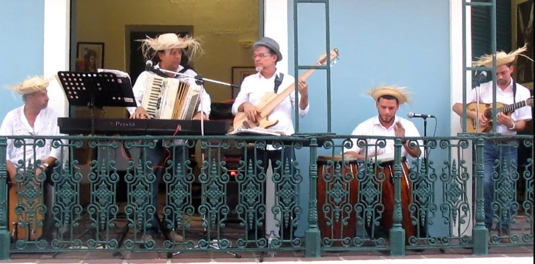 Los músicos acompañaron al artista desde el balcón contiguo de la casona sanjuanera. (Foto Javier Santiago / Fundación Nacional para la Cultura Popular)