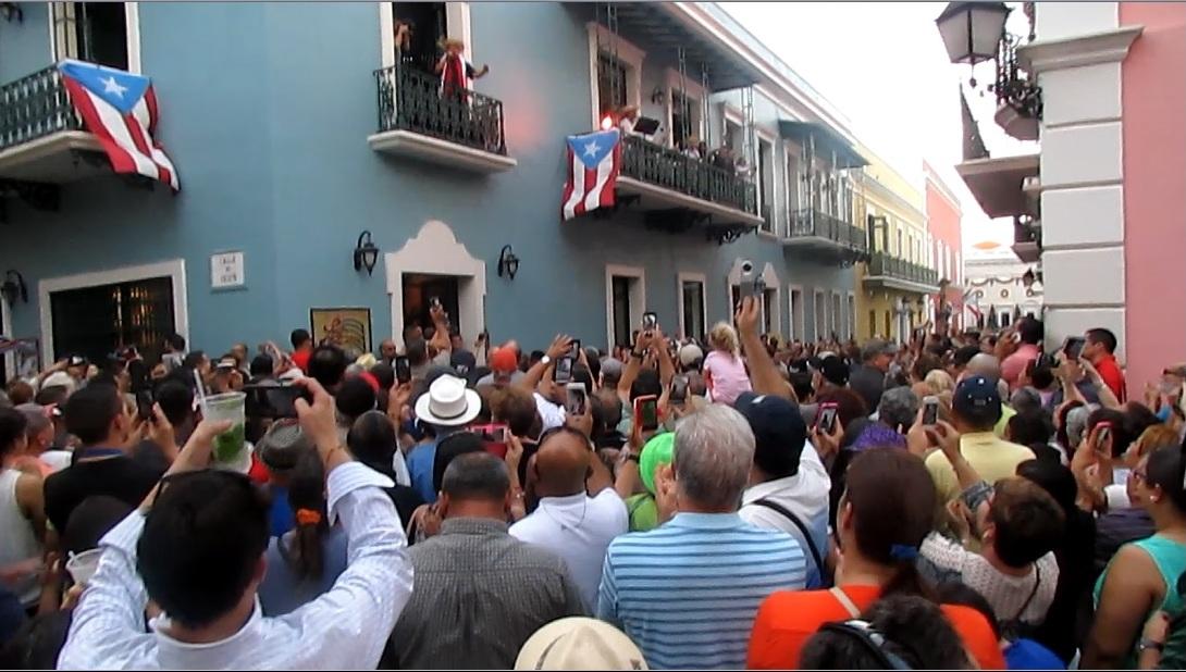 Vista parcial del público aglomerado ayer durante la celebración del Atardecer Navideño con Danny Rivera en el Viejo San Juan. (Foto Javier Santiago / Fundación Nacional para la Cultura Popular)