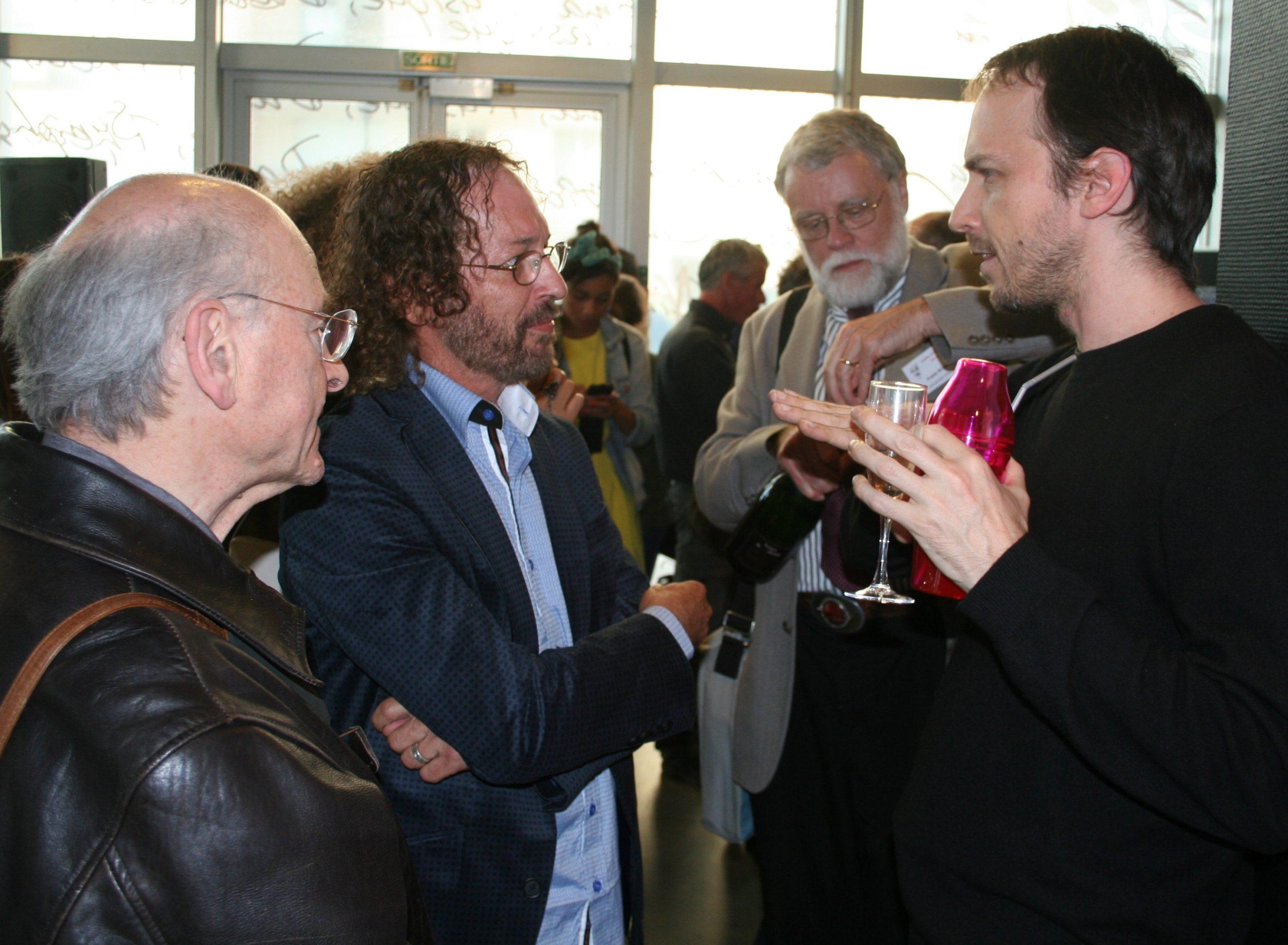 Durante la exposición en París, Josean Ramos comparte (de izquierda a derecha) con Adolph Nysenholc, de la Universidad Libre de Bruxellas; Frank Sheide, de la Universidad de  Arkansas; y en primer plano a la derecha, Charly Sistovaris, nieto de Chaplin. (Foto suministrada)