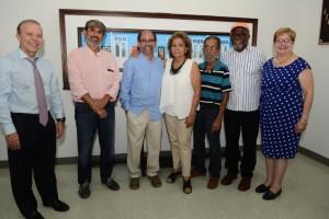 """Artistas y directivos de la Universidad del Turabo compartieron con Edwin Báez al momento de develar la obra """"El Residente"""". (Foto suministrada)"""