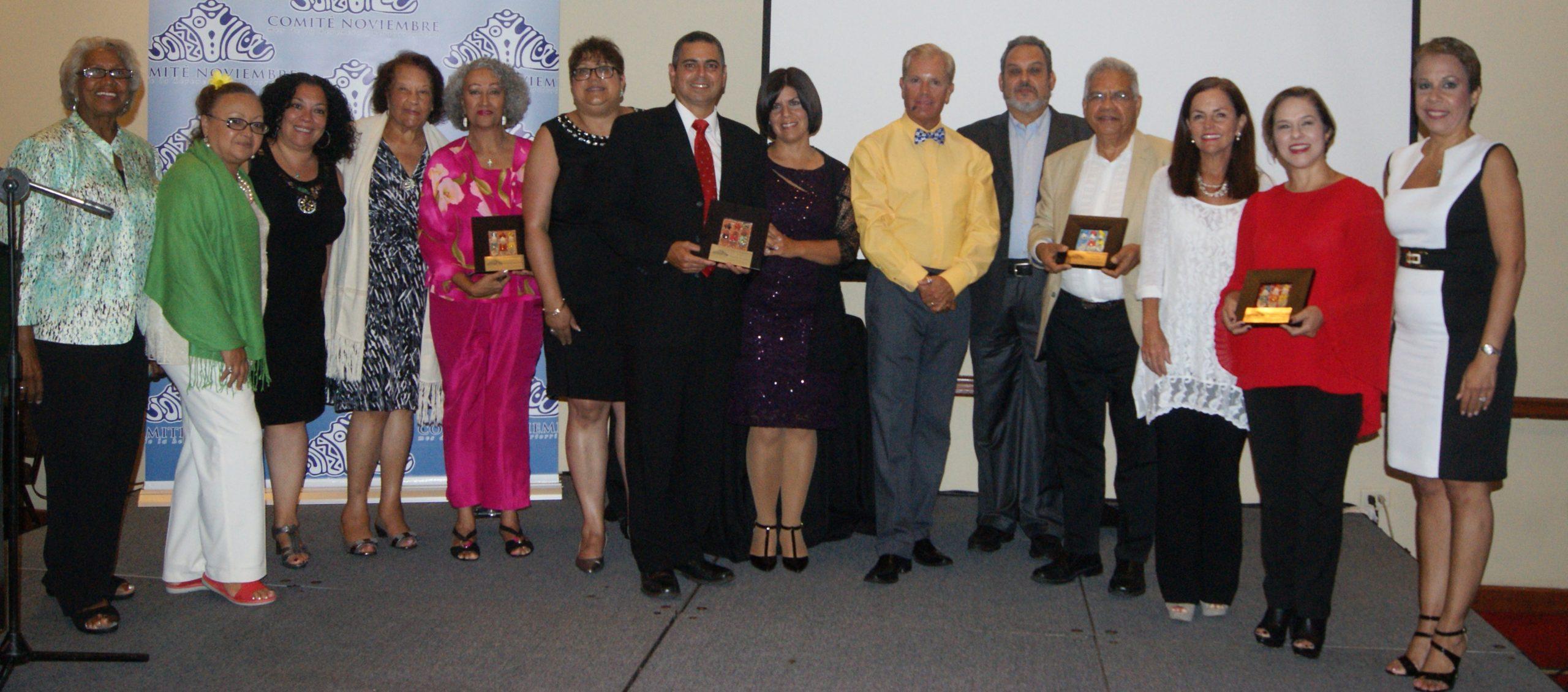 Los homenajeados con un grupo de los integrantes del Comité Noviembre. (Foto Luis Ernesto Berríos)