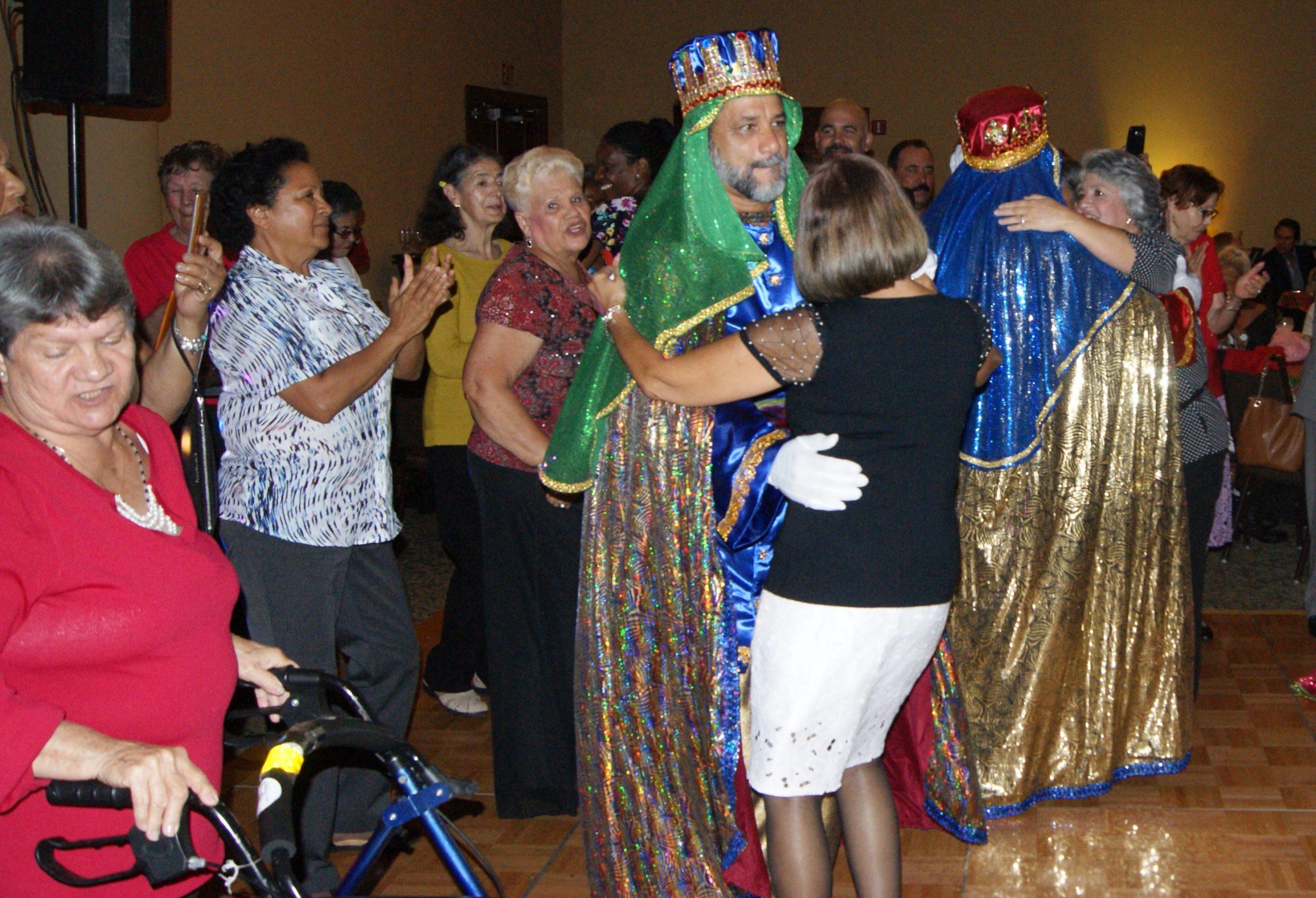 Los Reyes bailaron con las visitantes al repique de la plena. (Foto Luis Ernesto Berríos para Fundación Nacional para la Cultura Popular)