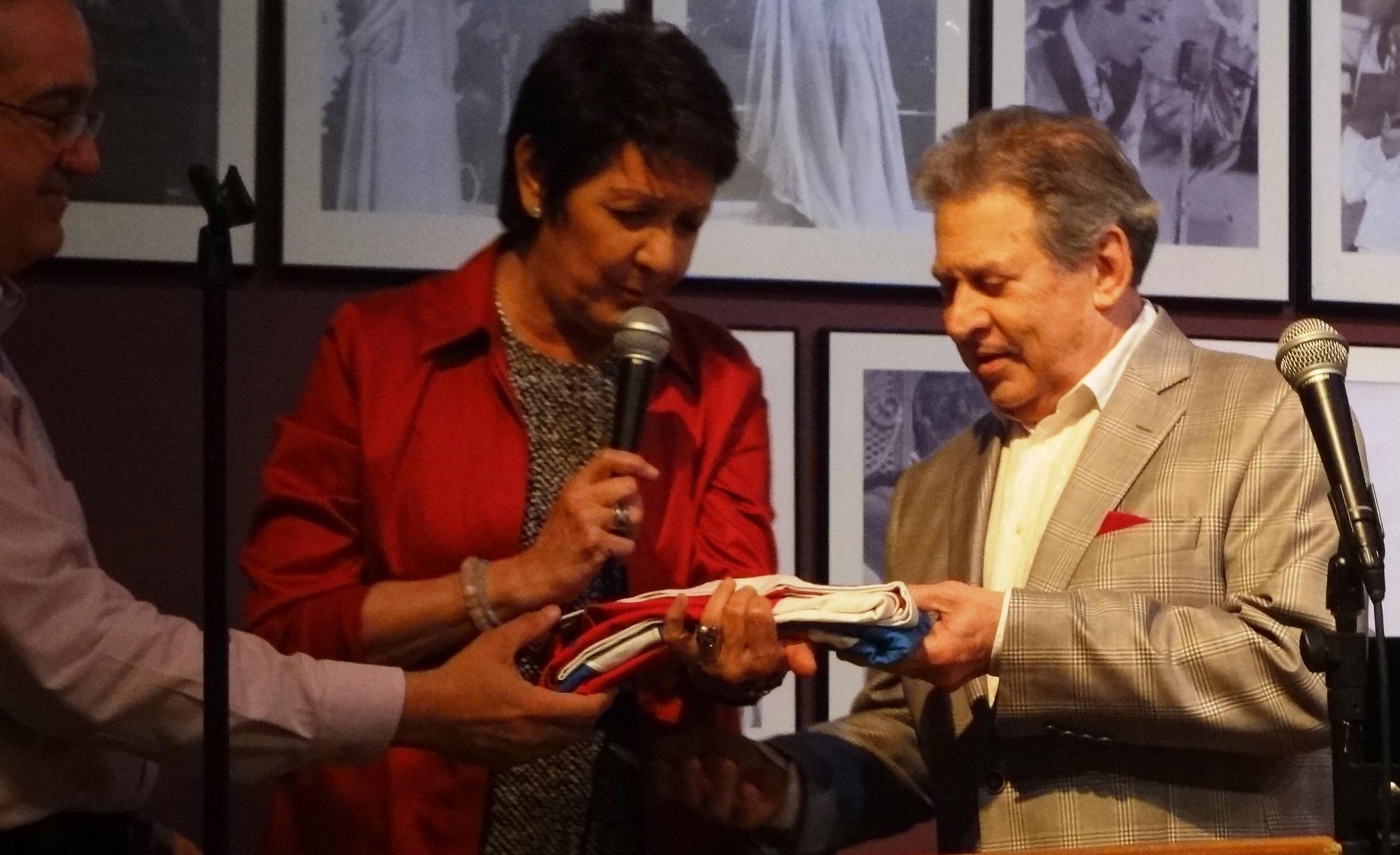 Ivonne Coll entregó al Abanderado 2017 la Monoestrellada la cual guardó como custodia durante este pasado año. (Foto Adriana Pantoja para Fundación Nacional para la Cultura Popular)