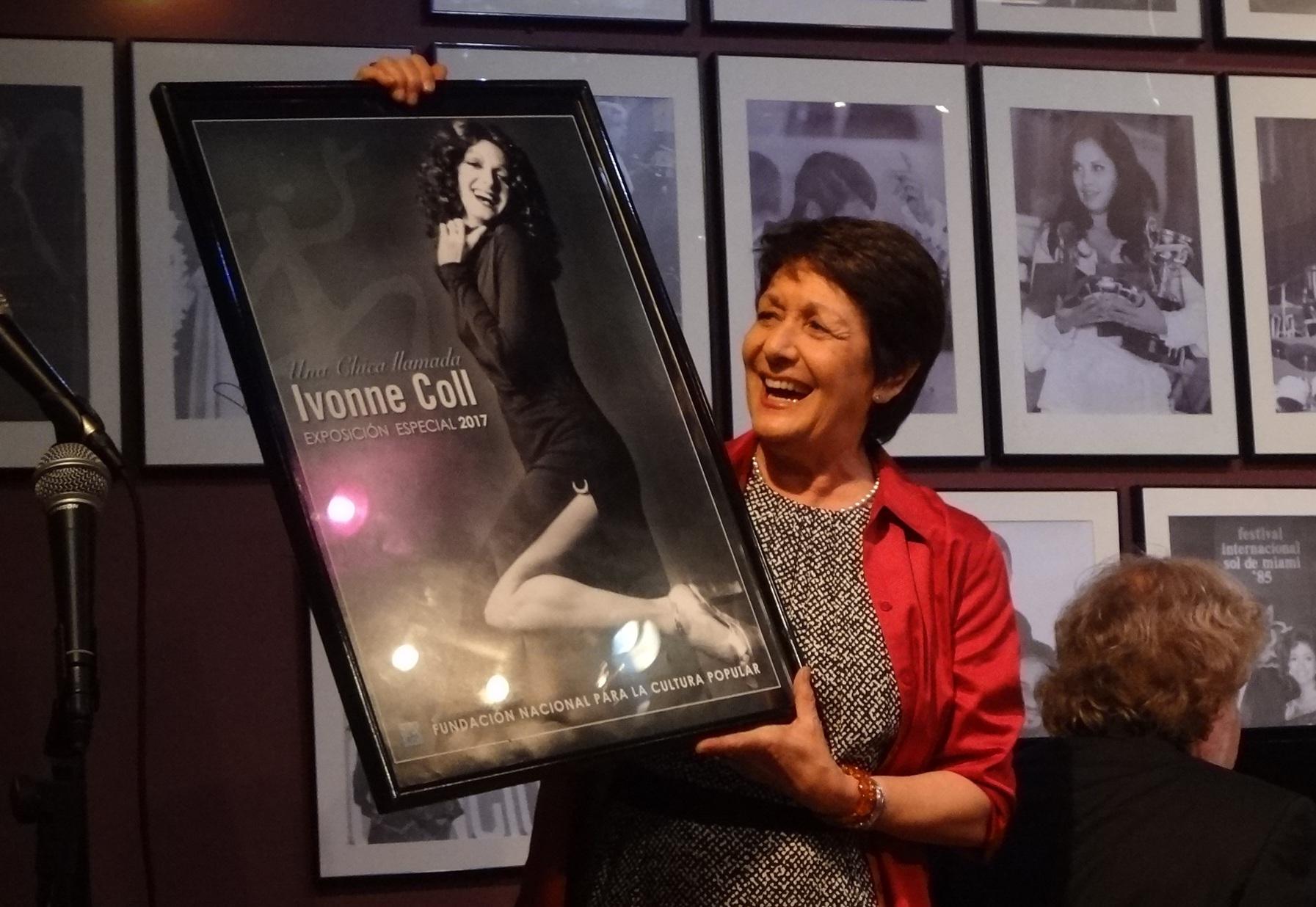Ivonne Coll celebra el afiche que anuncia la exposición que la Fundación le dedicará en 2017. (Foto Adriana Pantoja para Fudnación Nacional para la Cultura Popular)