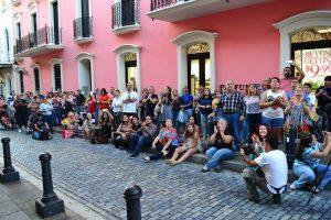 El público colmó las aceras frente a la histórica edificación. (Foto César Silva para Fundación Nacional para la Cultura Popular)