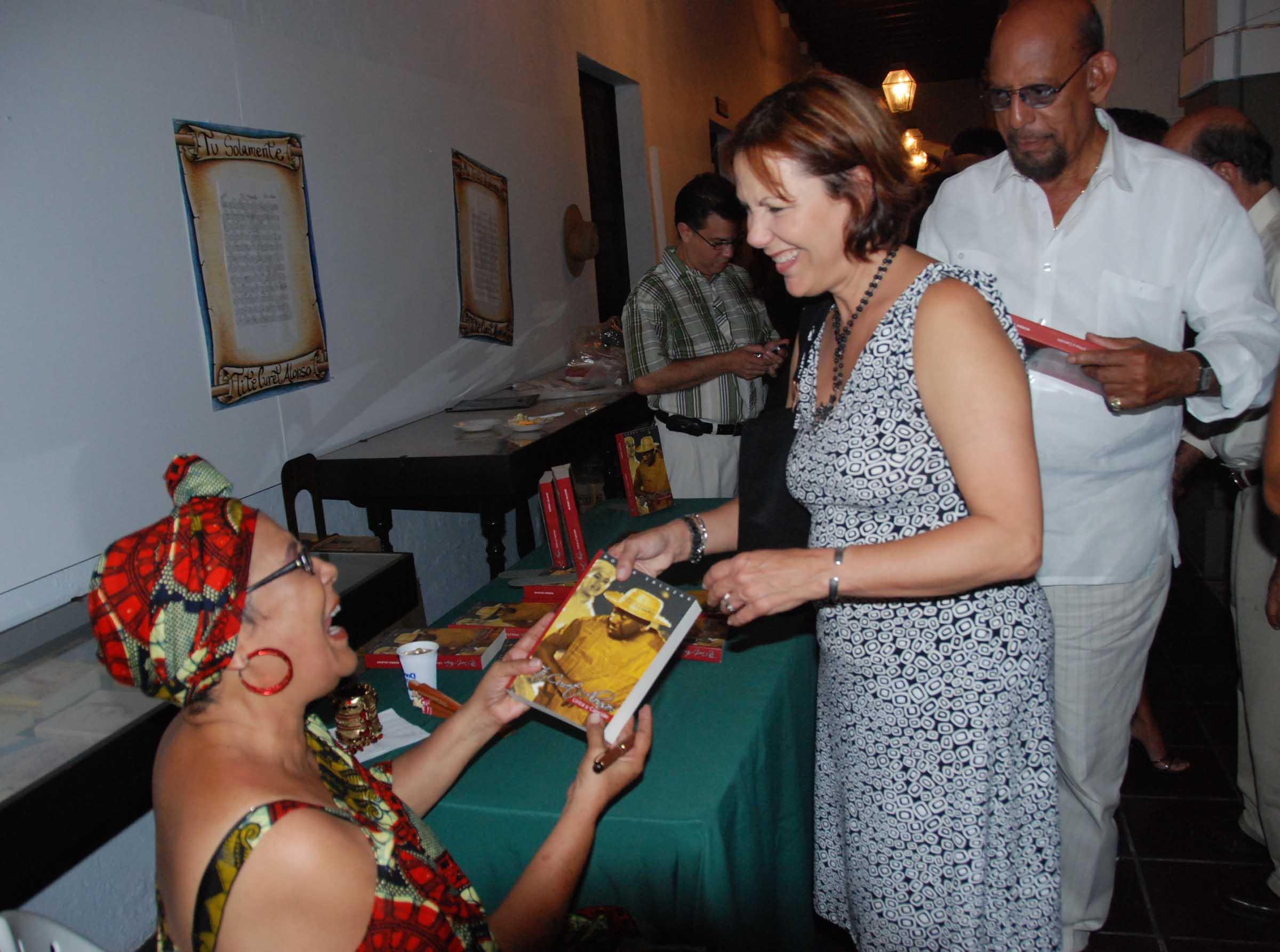 """Norma Salazar publicú el libro """"Tite Curet: lírica y canción"""" basado en su tésis presentada al Centro de Estdios Avanzados de Puerto Rico y el Caribe. (Foto Javier Santiago / Fundación Nacional para la Cultura Popular)"""