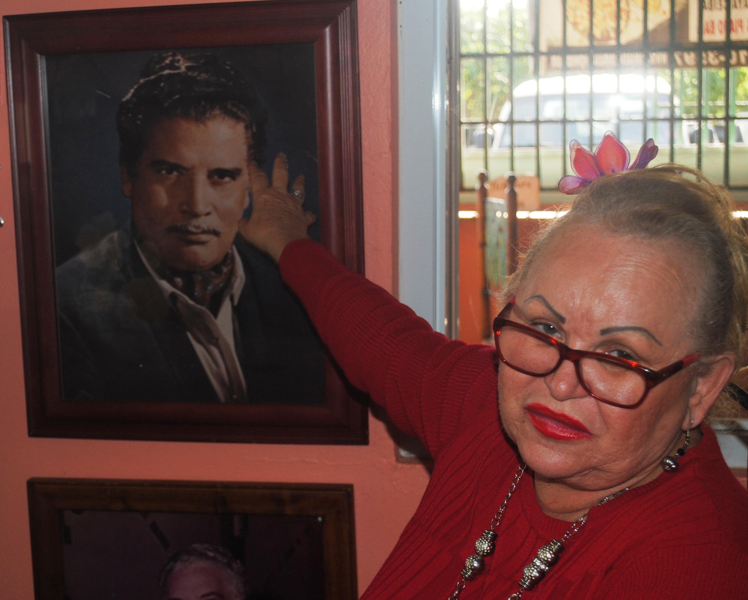 Decenas de fotos de Daniel Santos adornan las paredes del local en el municipio de Ceiba. (Foto Jaime Torres Torres para Fundación Nacional para la Cultura Popular)