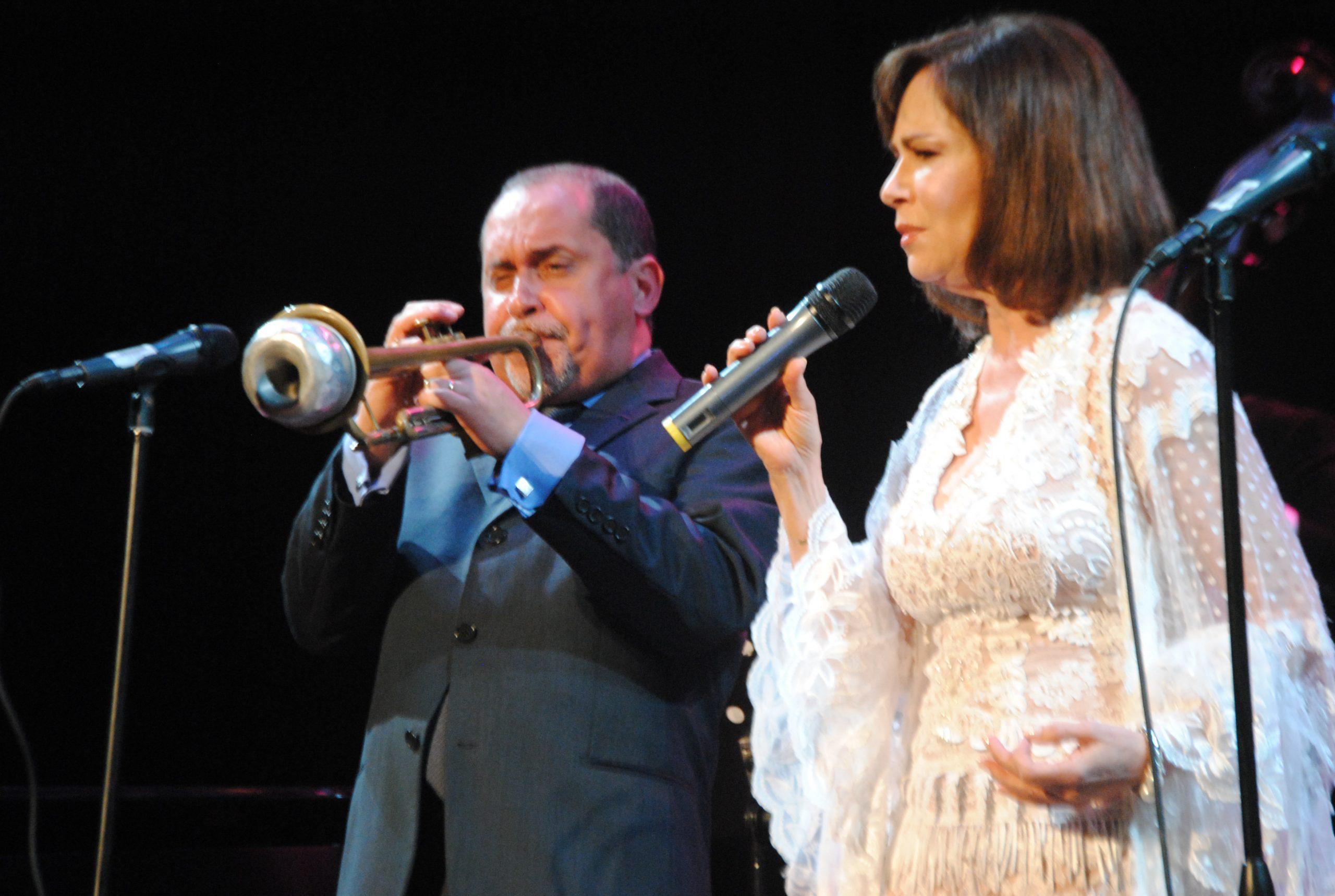 """Nydia Caro aportó sus interpretaciones de los clásicos """"Cry Me a River"""" y """"Vete de mí"""". (Foto Jaime Torres Torres para Fundación Nacional para la Cultura Popular)"""