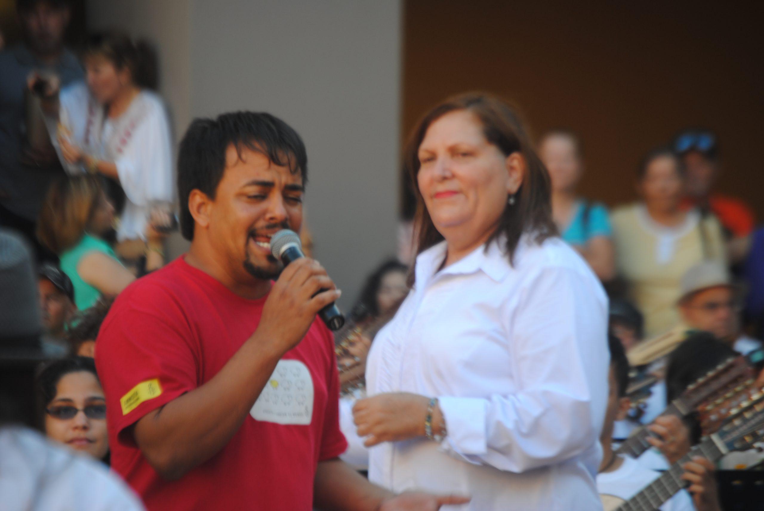 El trovador Guerson Baez junto a Myrna Pérez, directora de la Orquesta de Cuatros. (Foto Jaime Torres Torres para Fundación Nacional para la Cultura Popular)