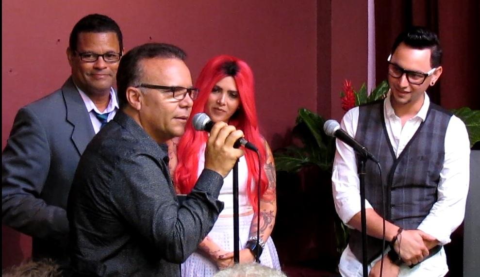 Edwin Clemente, Linda Santana y Willito escuchan las palabras del cantante Alex D' Castro. (Foto Javier Santiago / Fundación Nacional para la Cultura Popular)