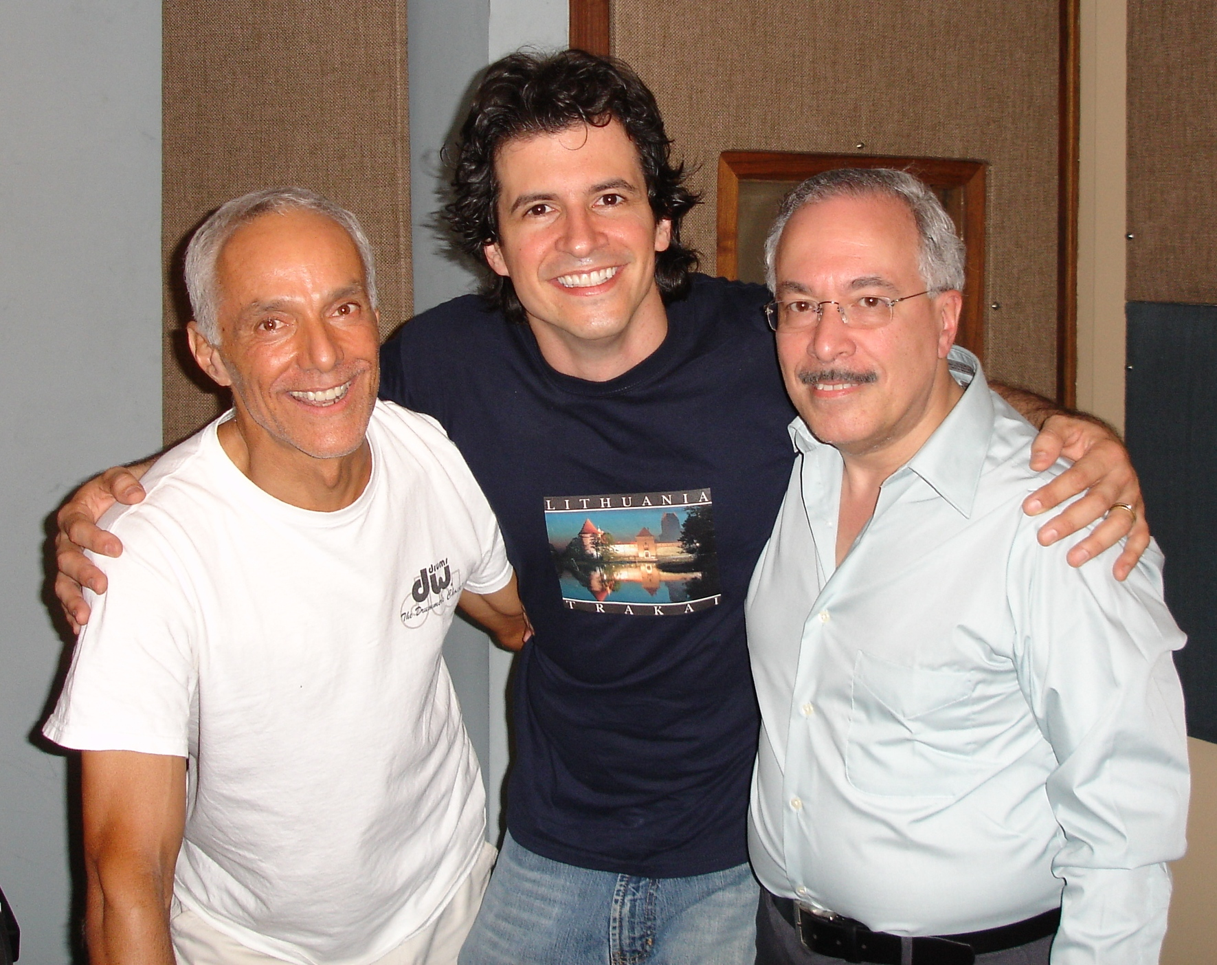 En uno de sus regresos a Puerto Rico, Eddie Gómez (izquierda) comparte con sus compañeros músicos Efraín Toro y Ramón Vázquez. (Foto suministrada)