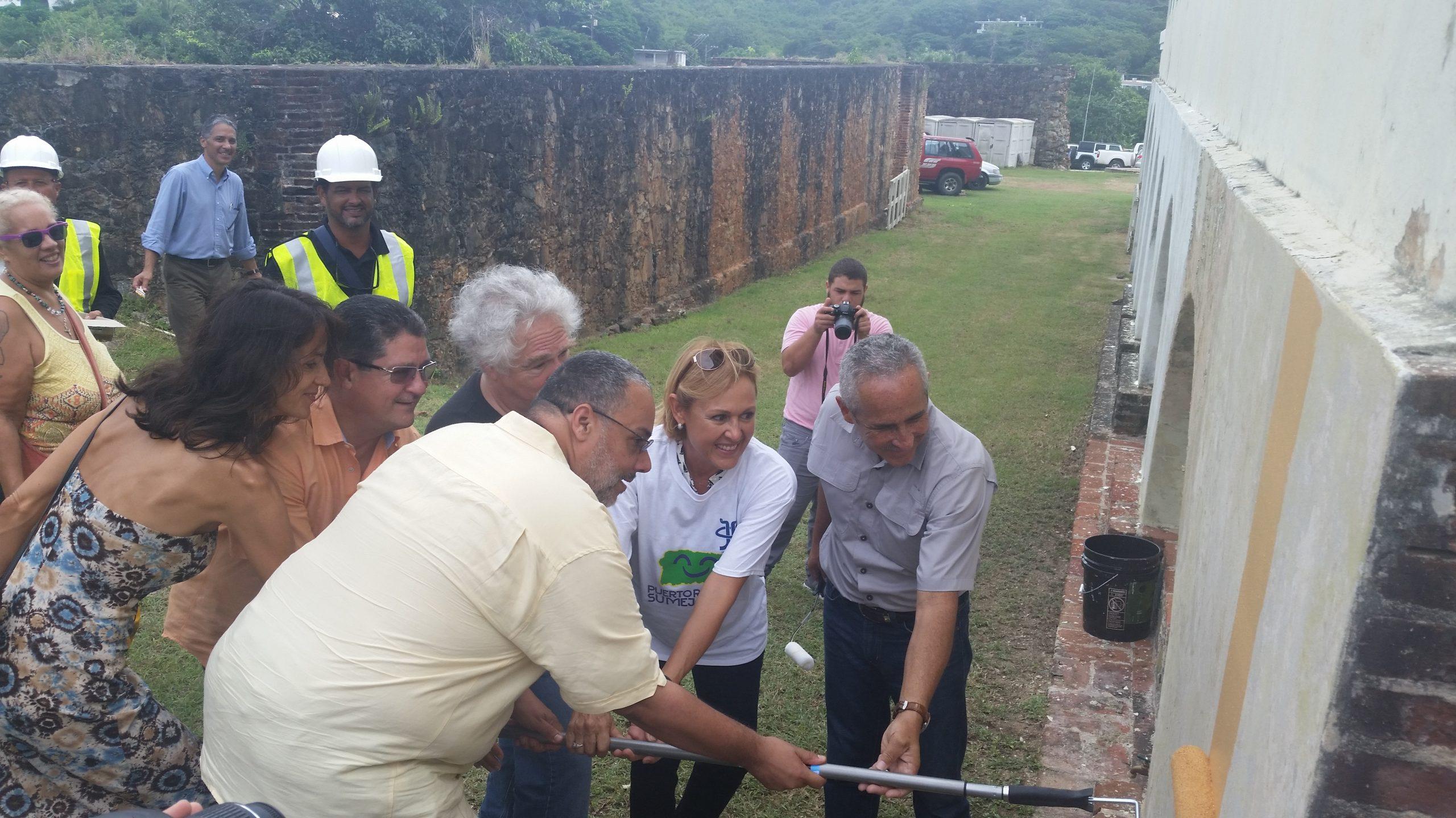 El director ejecutivo del ICP, Jorge Irizarry Vizcarrondo, junto a representantes del Vieques Air Link, Robert Rabín del Fuerte Conde de Mirasol y Master Paint. (Foto suministrada)