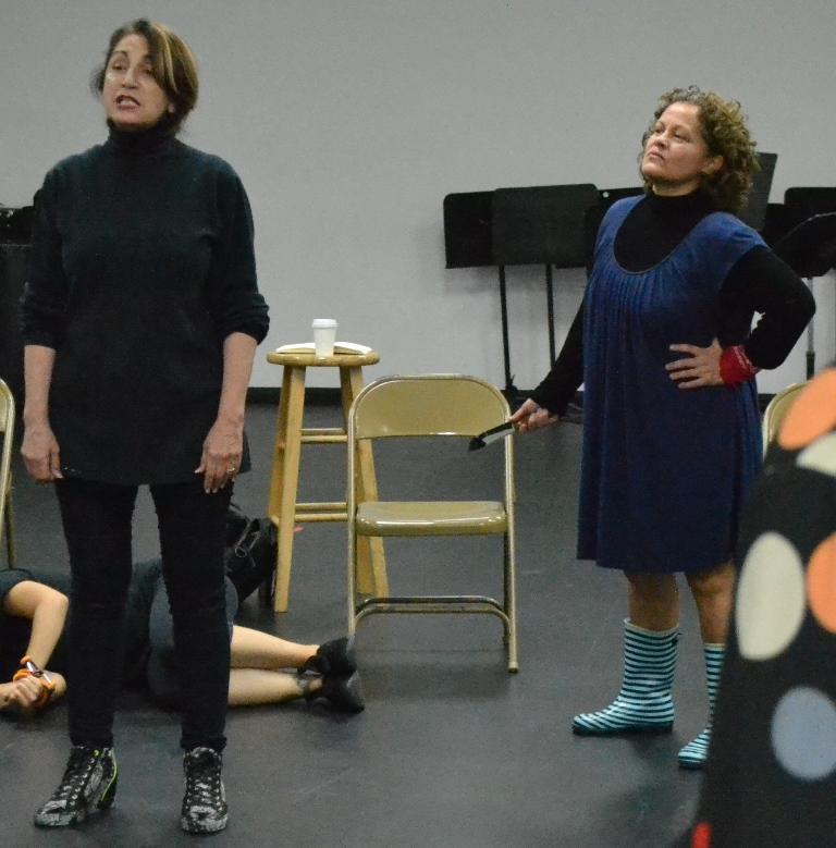 Elia Enid (derecha), aquí junto a la actriz Magali Carrasquillo, ensaya las líneas de la obra del dramaturgo español Alberto Miralles . (Foto Edgar Torres para Fundación Nacional para la Cultura Popular)