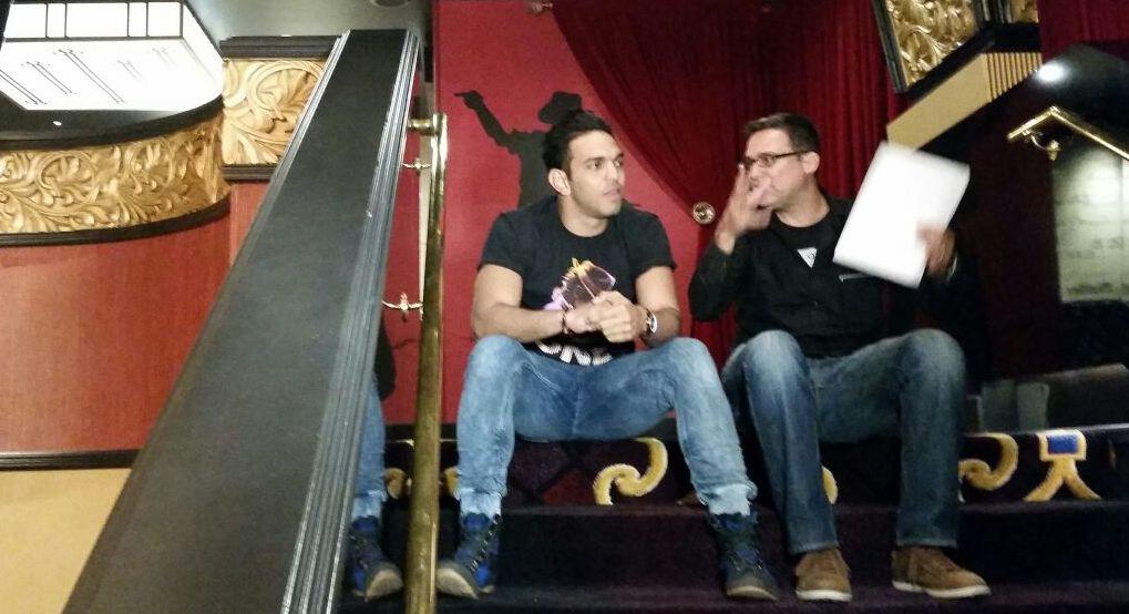 El joven Miguel Reyes, bailarín en MJ ONE Cirque Du Solei, es entrevistado por Vázquez para el documental. (Foto suministrada)