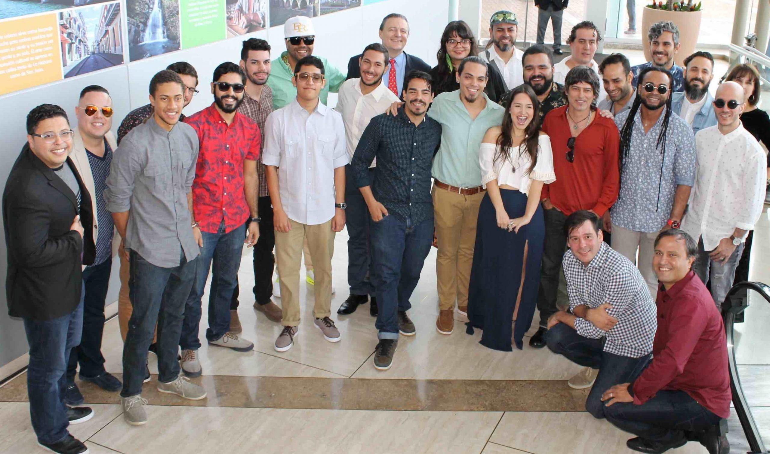 """ichard Carrión (al centro) junto a parte del equipo artístico que forma parte del especial """"Cuba y Puerto Rico son..."""". (Foto Edgar Torres para Fundación Nacional para la Cultura Popular)"""