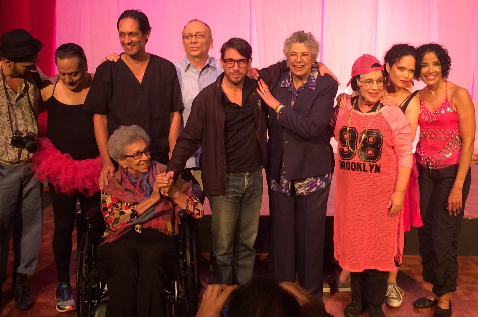 El director de la pieza, al centro, junto a su elenco, Myrna Casas, autora de la obra, y Victoria Espinosa (sentada). (Foto Joselo Arroyo para Fundación Nacional para la Cultura Popular)