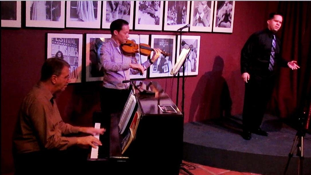 El pianista Julio Suarez y el violinista Frank Torres acompañaron a Fabian Robles en este concierto. (Foto Javier Santiago / Fundación Nacional para la Cultura Popular)