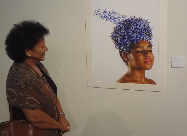 Expectadora observa 'La petrea', de Zuania Muñiz. (Foto Adriana Pantoja)