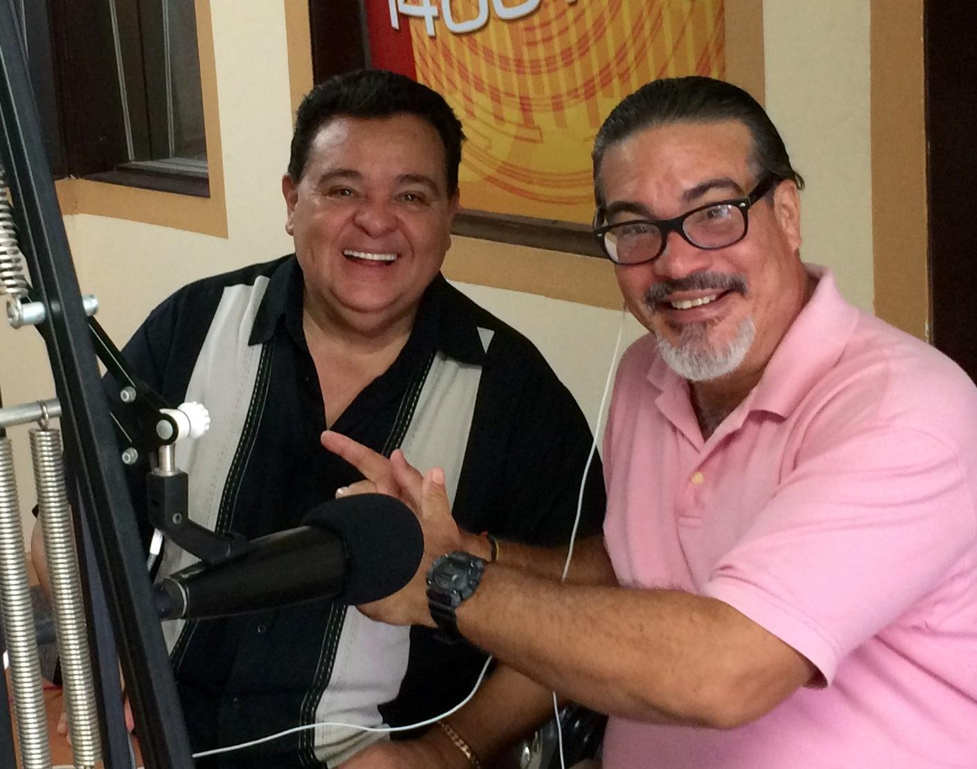 El perioidsta Torres Torres (derecha) junto a Richie Ray durante una reciente entrevista al artista. (Foto suministrada)
