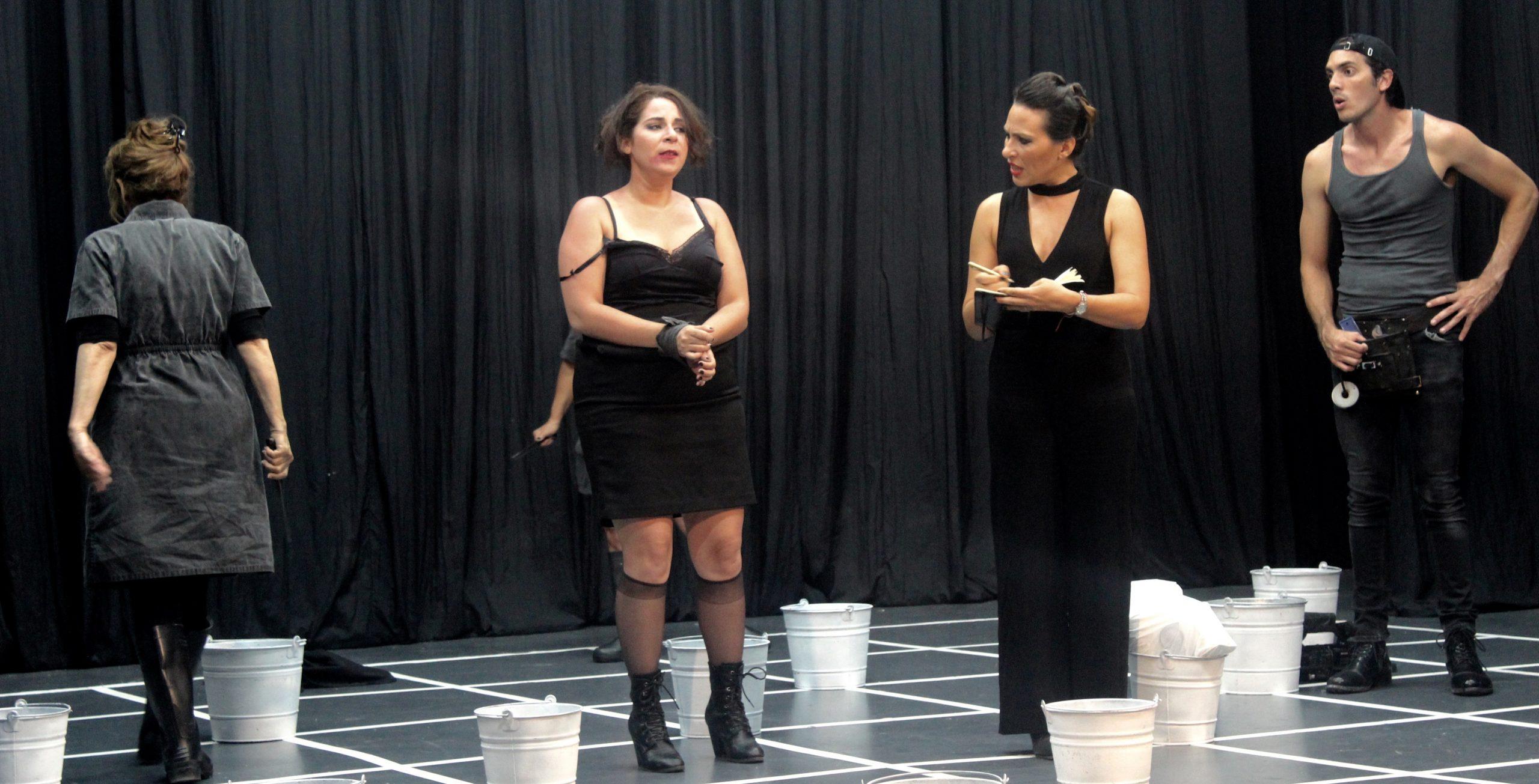 """La actriz barranquiteña (tercera de izquierda a derecha) formó parte del elenco de """"Hay motín, compañeras"""" en el FITE 2016. (Foto Ernesto Rentas)"""