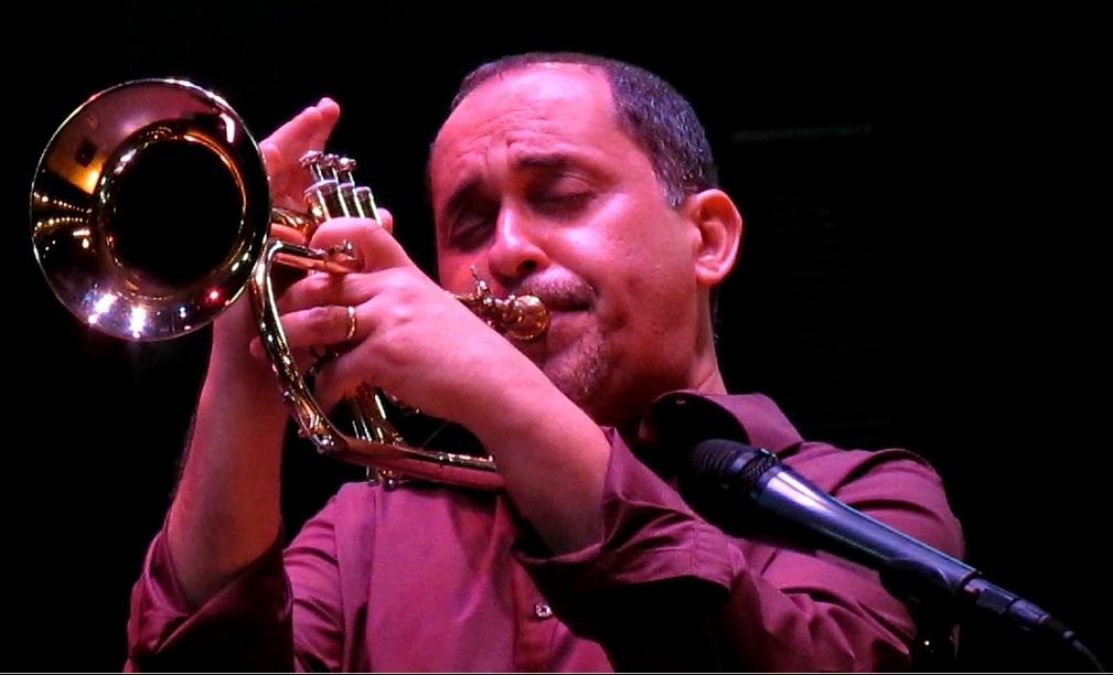 Humberto Ramírez (tercero de izquierda a derecha), dedicó el Puerto Rico Jazz Jam a Ray Santos el año pasado. (Foto Javier Santiago / Fundación Nacional para la Cultura Popular)